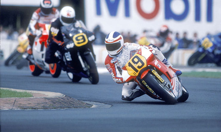 Freddie Spencer gets his knee-down while riding a 500cc MotoGP two stroke motorcycle