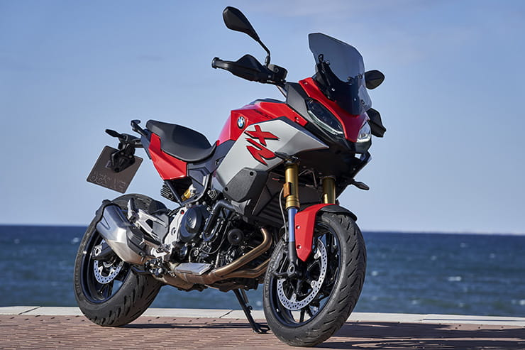 Full review of the 2020 BMW F900XR – can this new parallel twin compete with the Yamaha Tracer 900 or Triumph Tiger 900. Price vs performance…