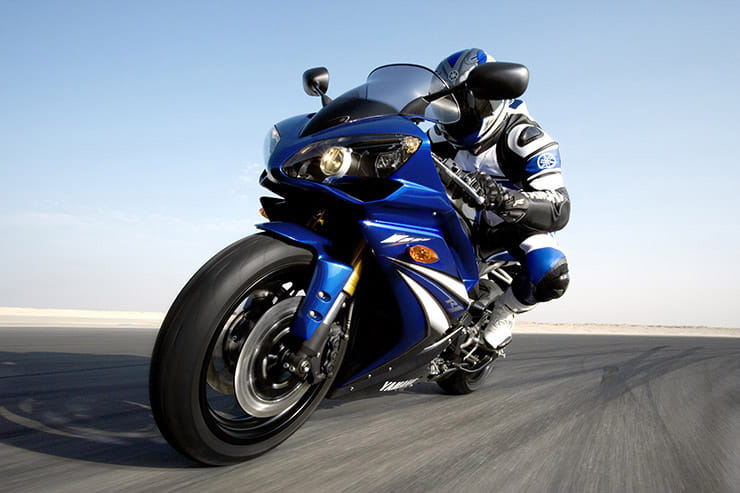 With a reputation for being a bit of a wild old machine due to its top-endy new motor, the 2007/08 YZF-R1 is reminiscent of the bad boy attitude that the original 1998 YZF-R1 came bristling with.