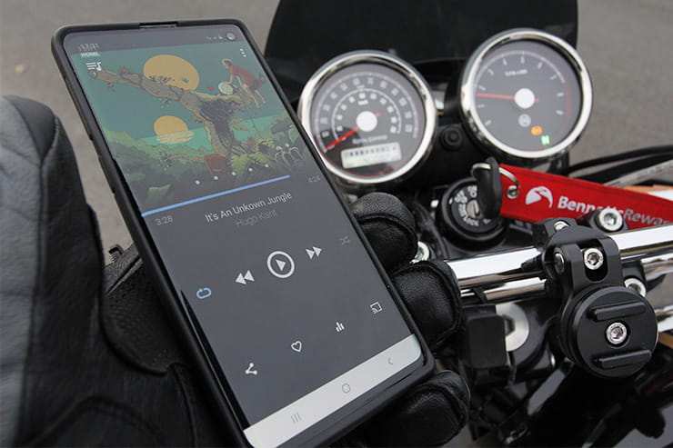 Mobile phone use motorcycle car law uk_02