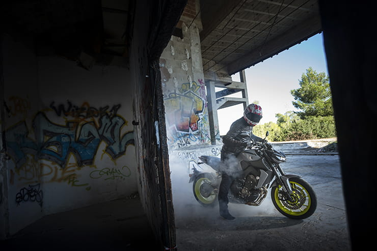 Yamaha MT-09 tries to discreetly let one go