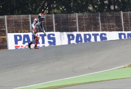Lorenzo breaks his collarbone for a second time