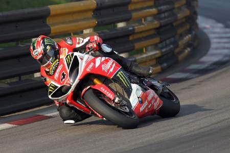 Ian Hutchinson wins at Macau