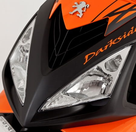 Dual headlights of Peugeot's Speedfight Darkside