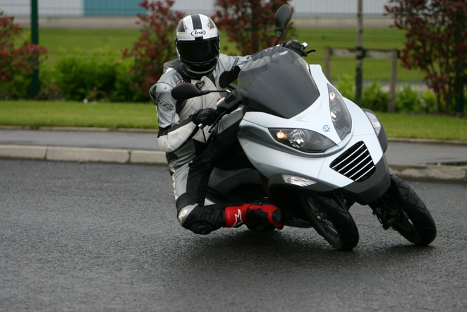 Three-wheeling with Piaggio, safer in the wet