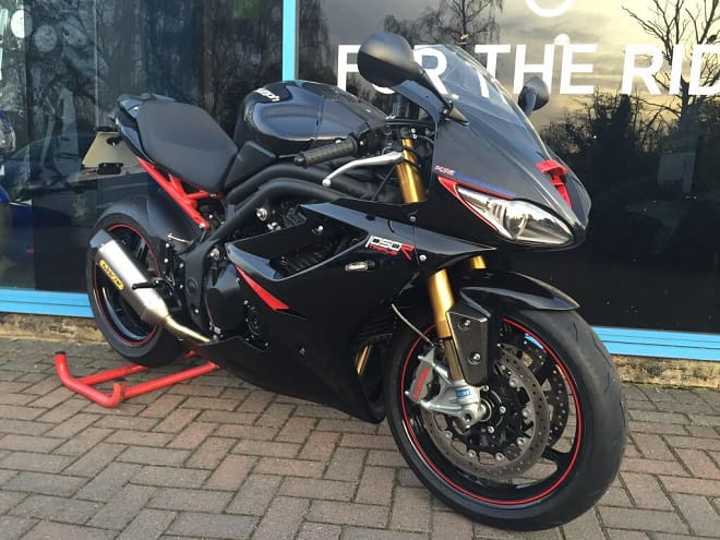 Triumph Daytona 1050R mixes Speed Triple R and Daytona 675 to create this!