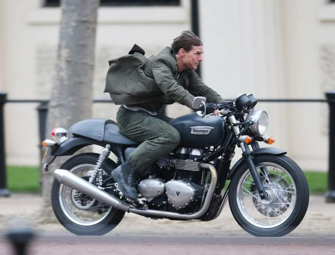 Tom Cruise  rides a Bonneville Thruxton in Edge of Tomorrow