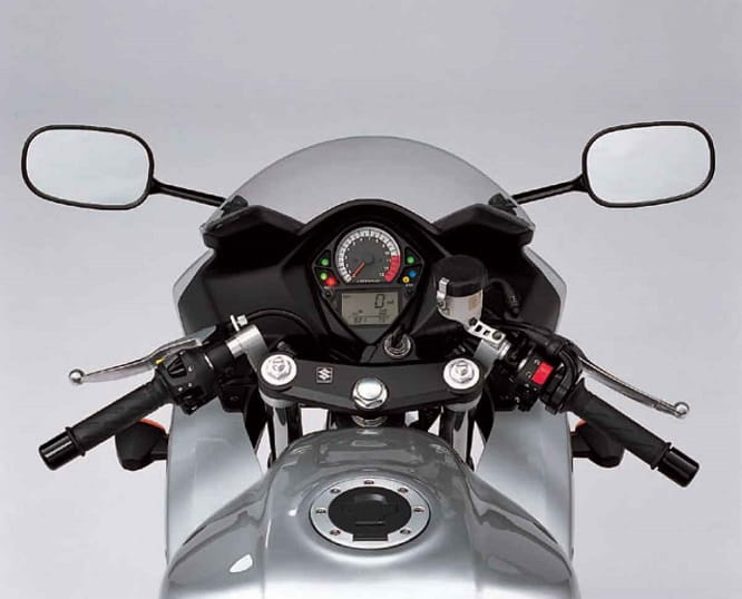 SV650s's cockpit and gauges