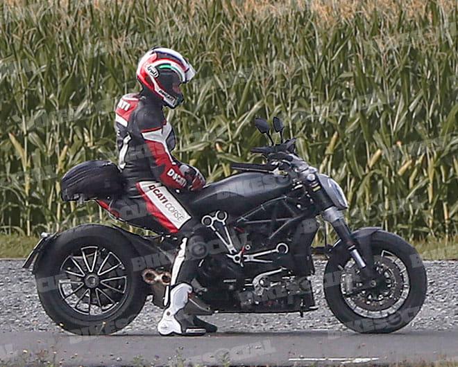 New engine, exhaust layout, frame, tank and set on the 2017 Diavel